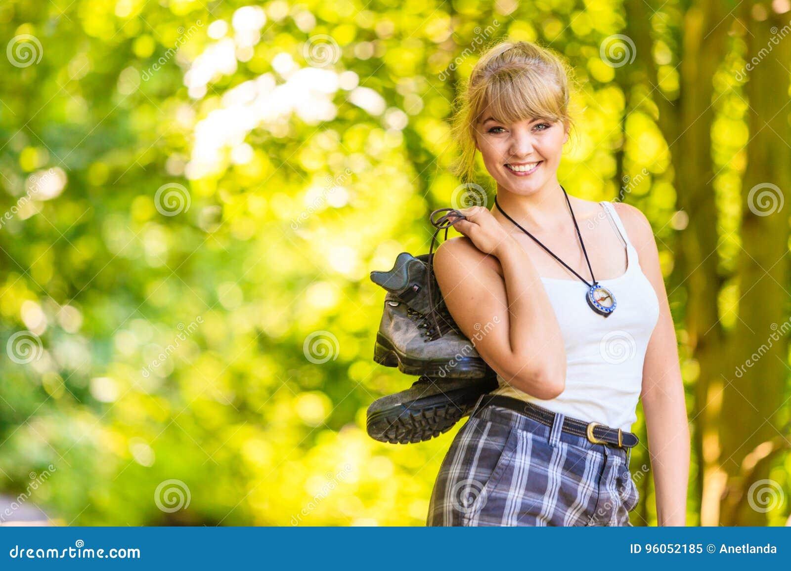 Jeune femme de randonneur en nature préparant pour augmenter