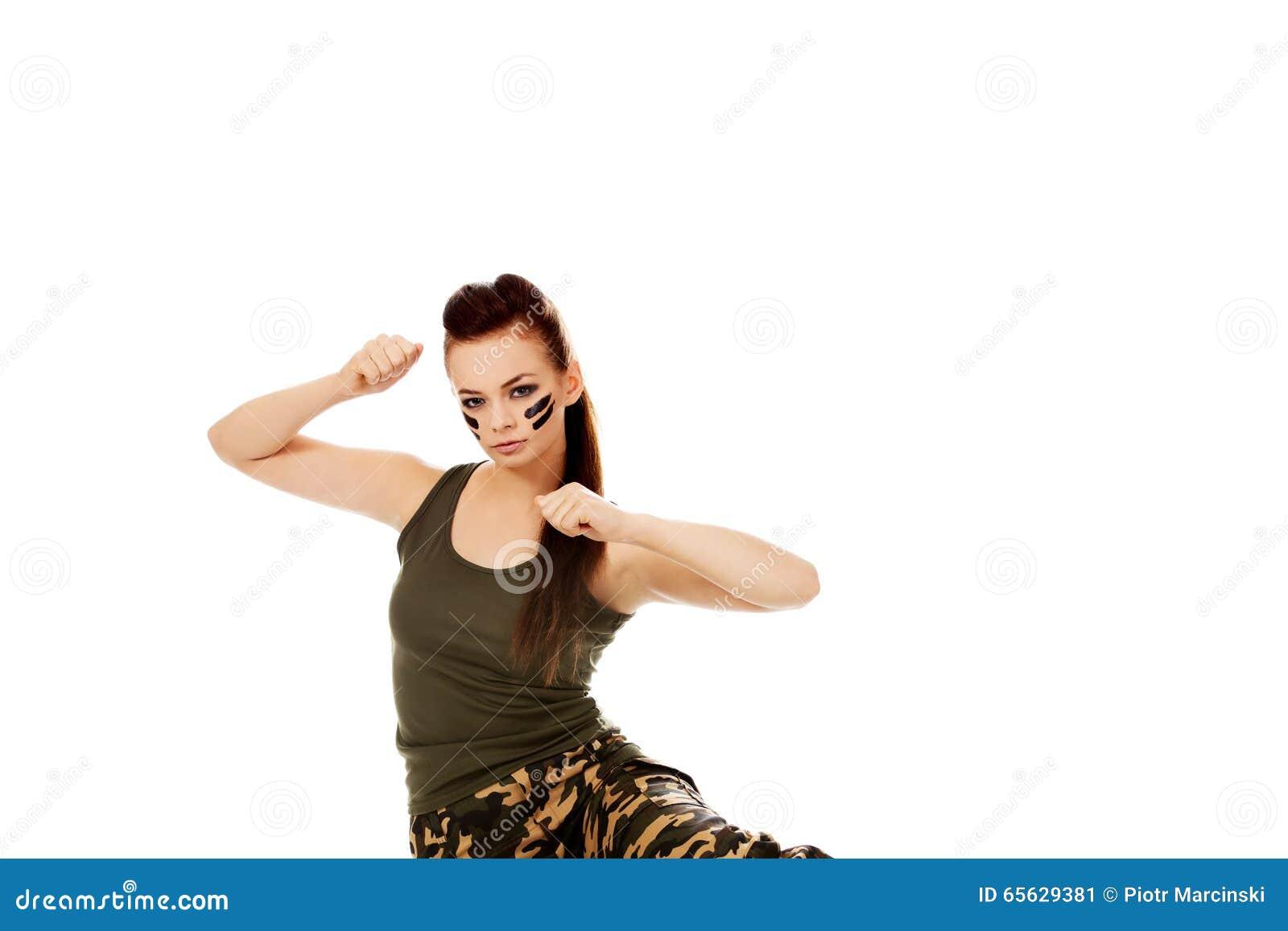 Jeune femme de soldat s asseyant sur le plancher et la boxe