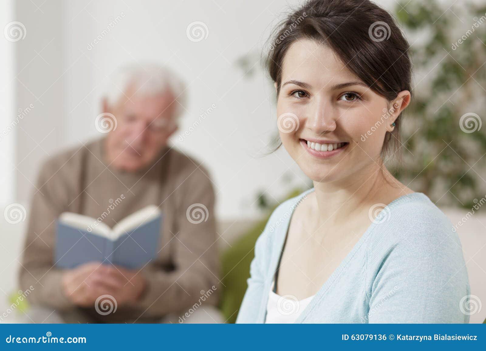 Download Jeune femme de sourire photo stock. Image du santé, aide - 63079136