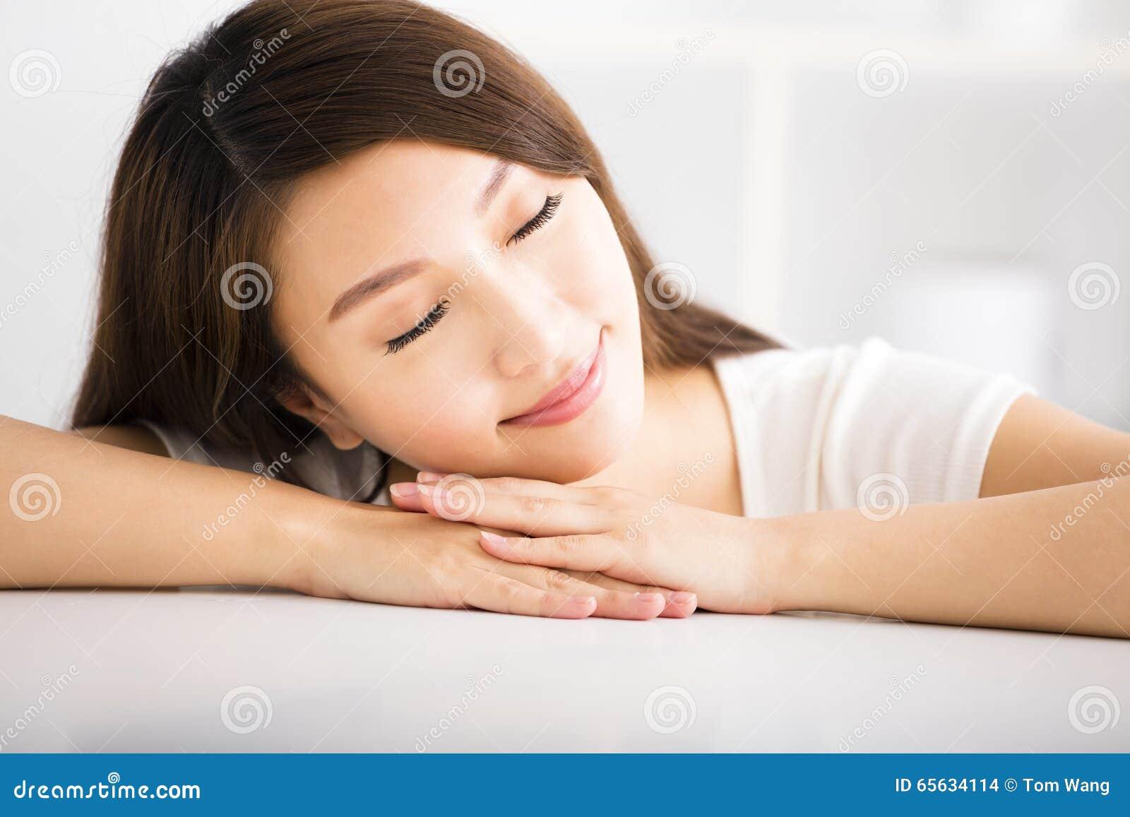 Jeune femme de sourire décontractée dans le salon