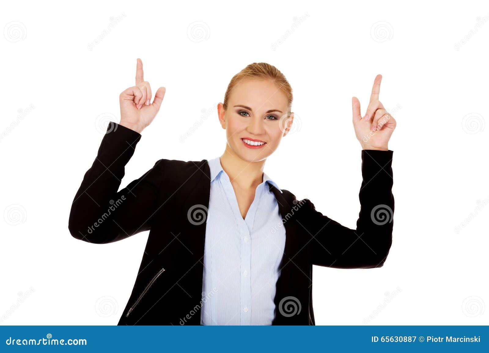 Jeune femme de sourire d affaires se dirigeant
