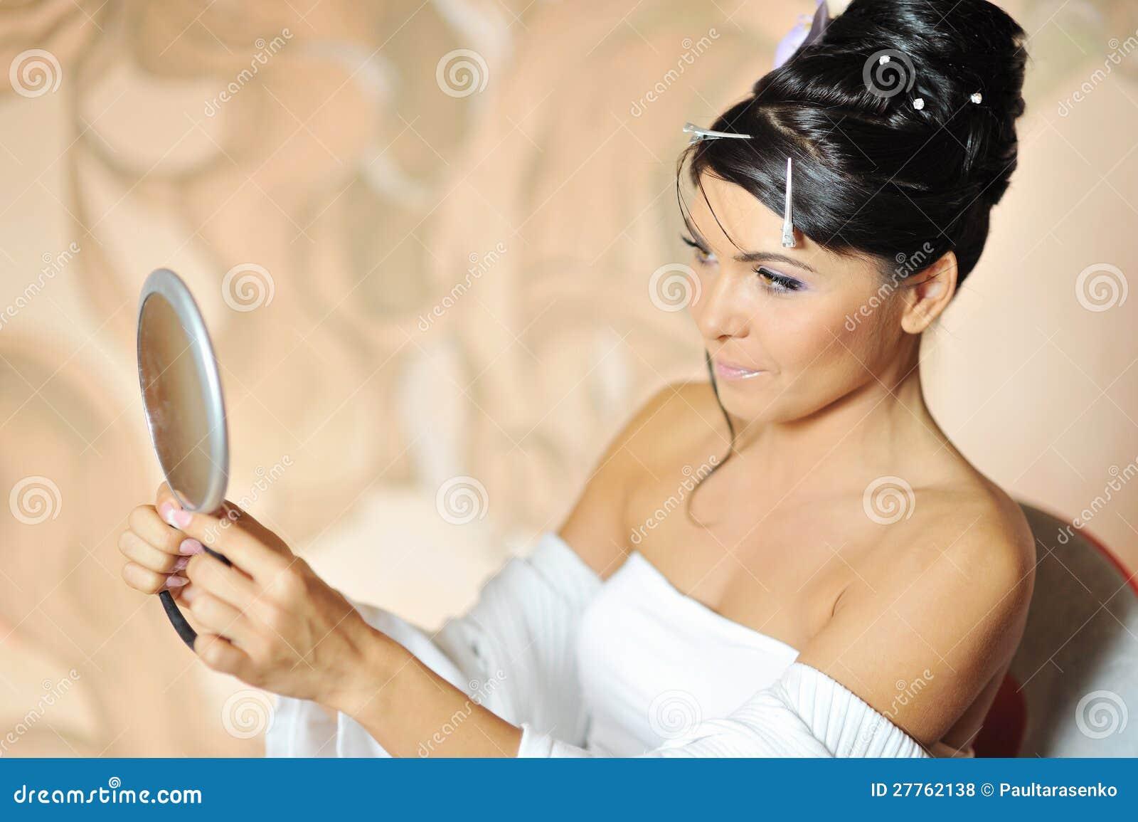 Jeune femme de sourire regardant le MI