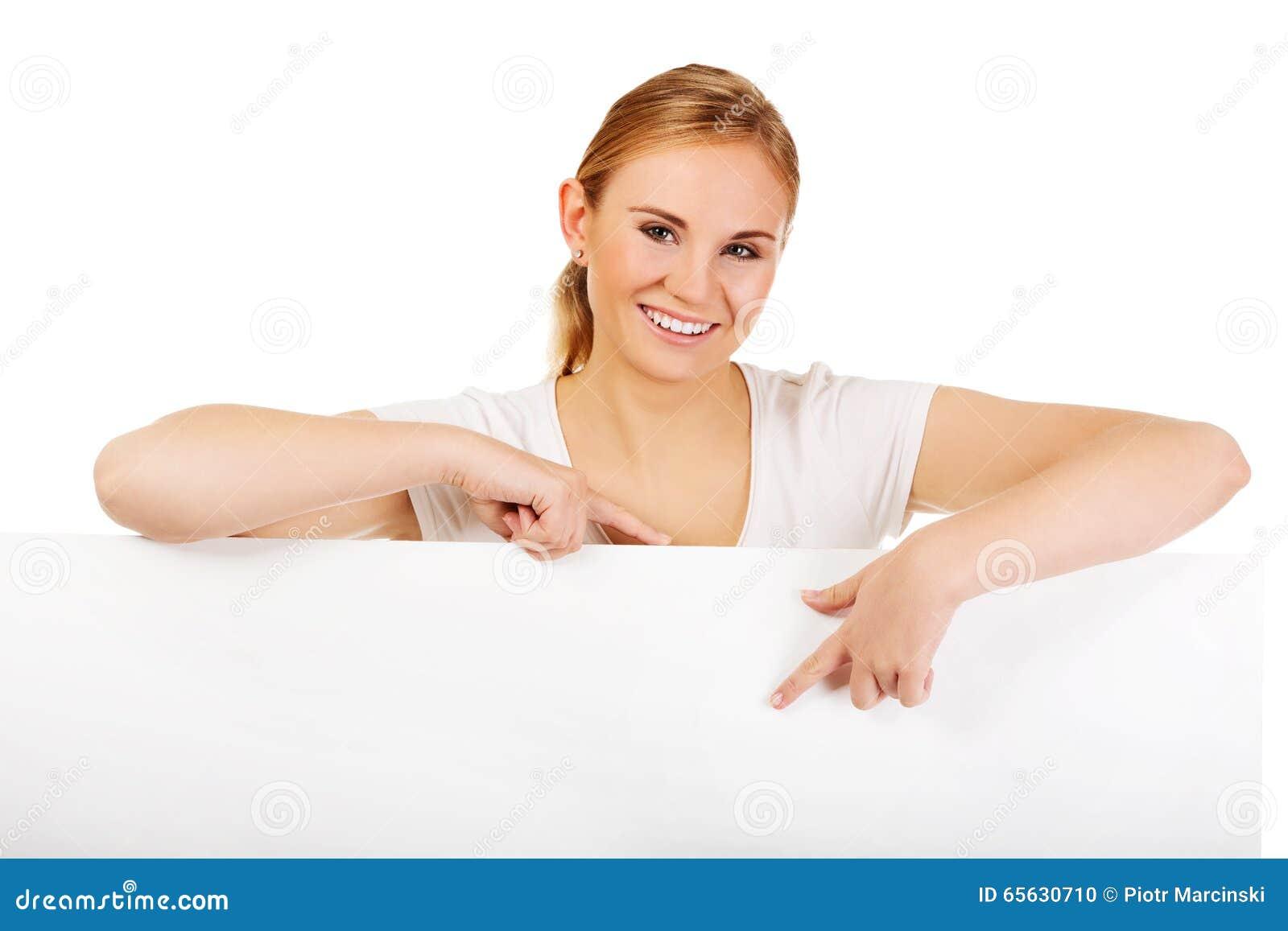 Jeune femme de sourire se dirigeant pour la bannière vide