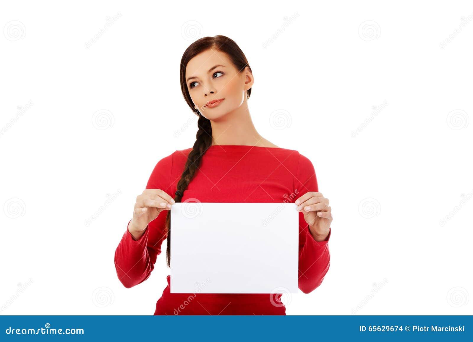 Jeune femme de sourire tenant la bannière blanche vide