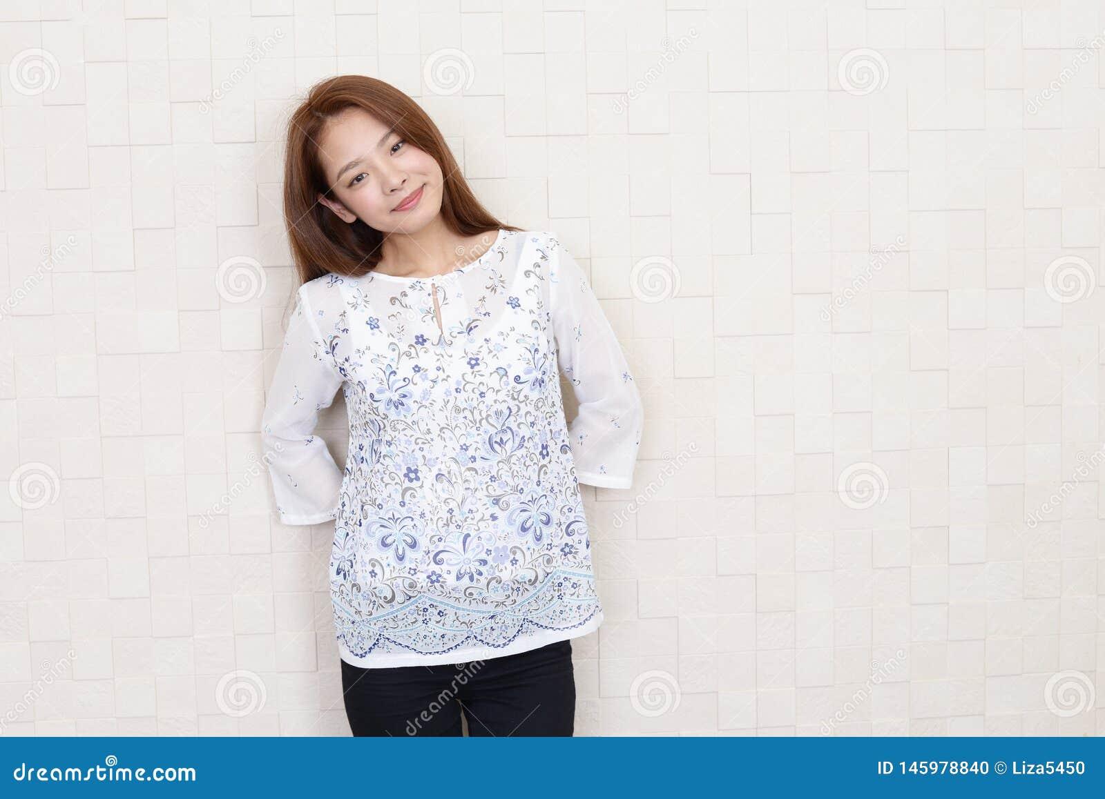 Jeune femme de sourire