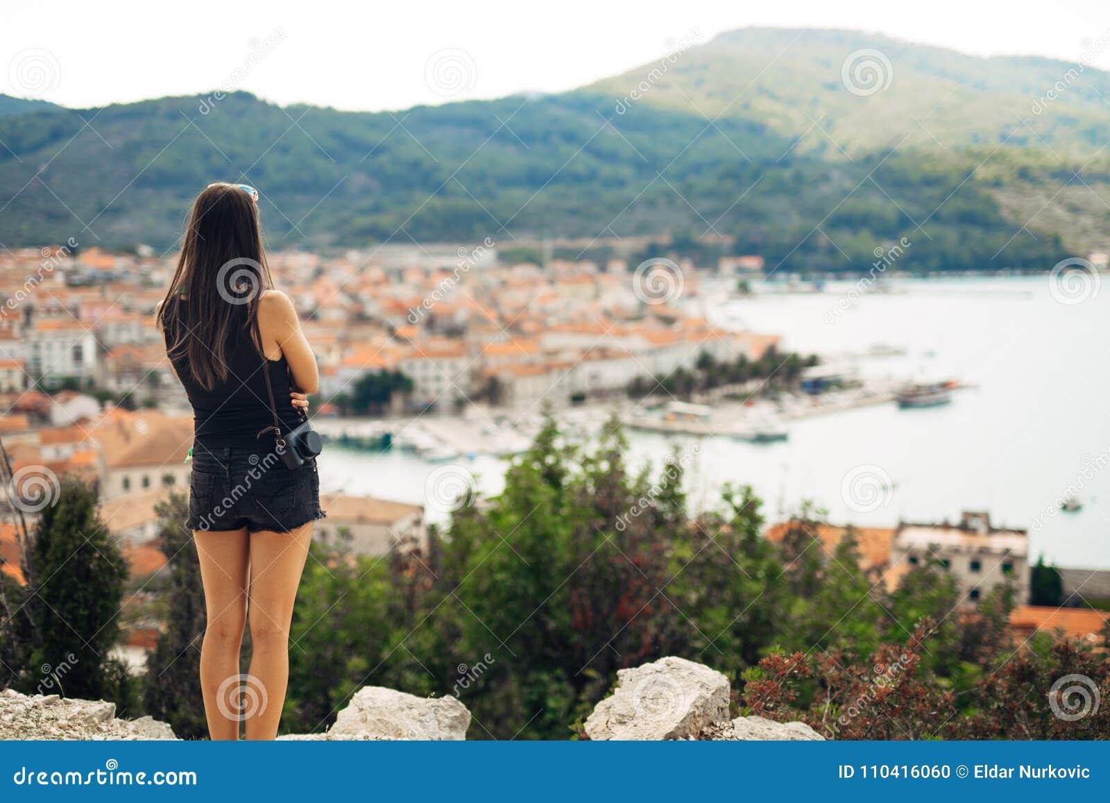 Jeune femme de sourire voyageant et visitant l Europe Été voyageant l Europe et la culture méditerranéenne Rues colorées, vieille