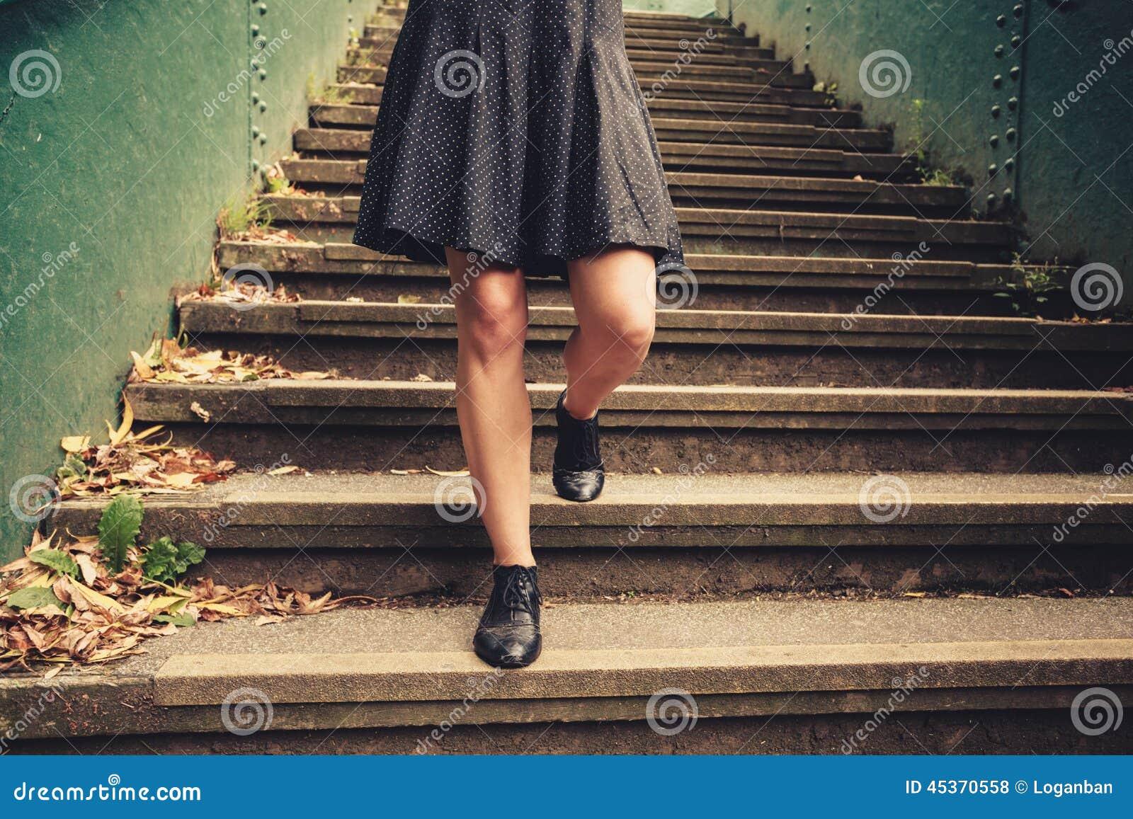 Jeune femme descendant des escaliers