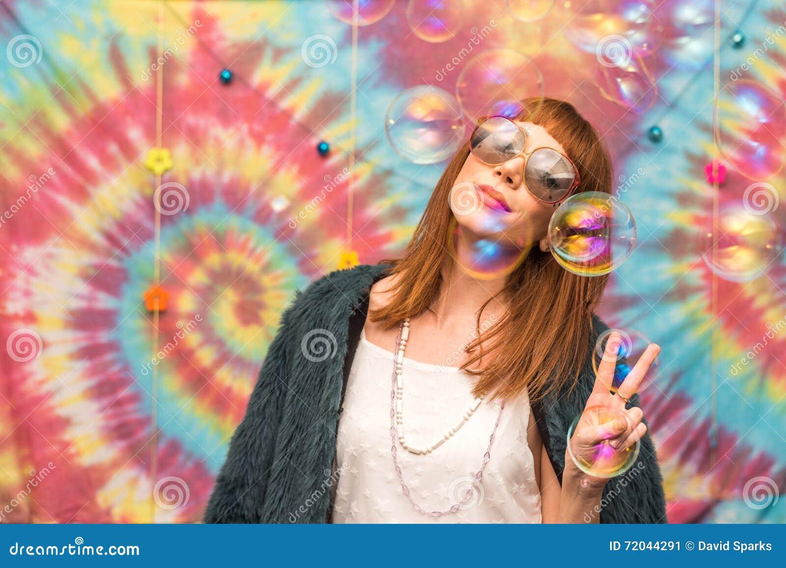 Jeune femme donnant le signe de paix, avec la bulle