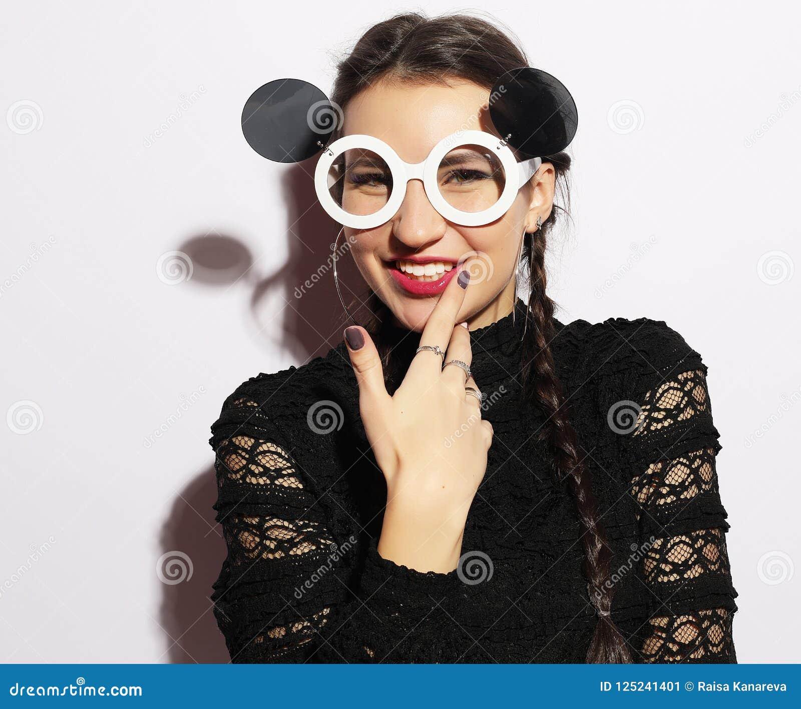 2734d681ca229 Jeune femme drôle de brune dans de grandes lunettes de soleil Concept de  mode