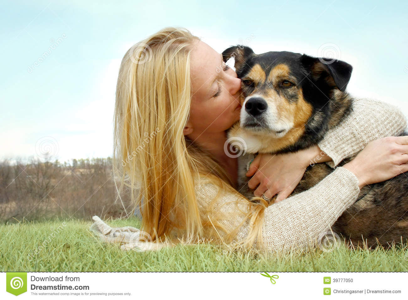 Jeune femme embrassant le berger allemand Dog Outside