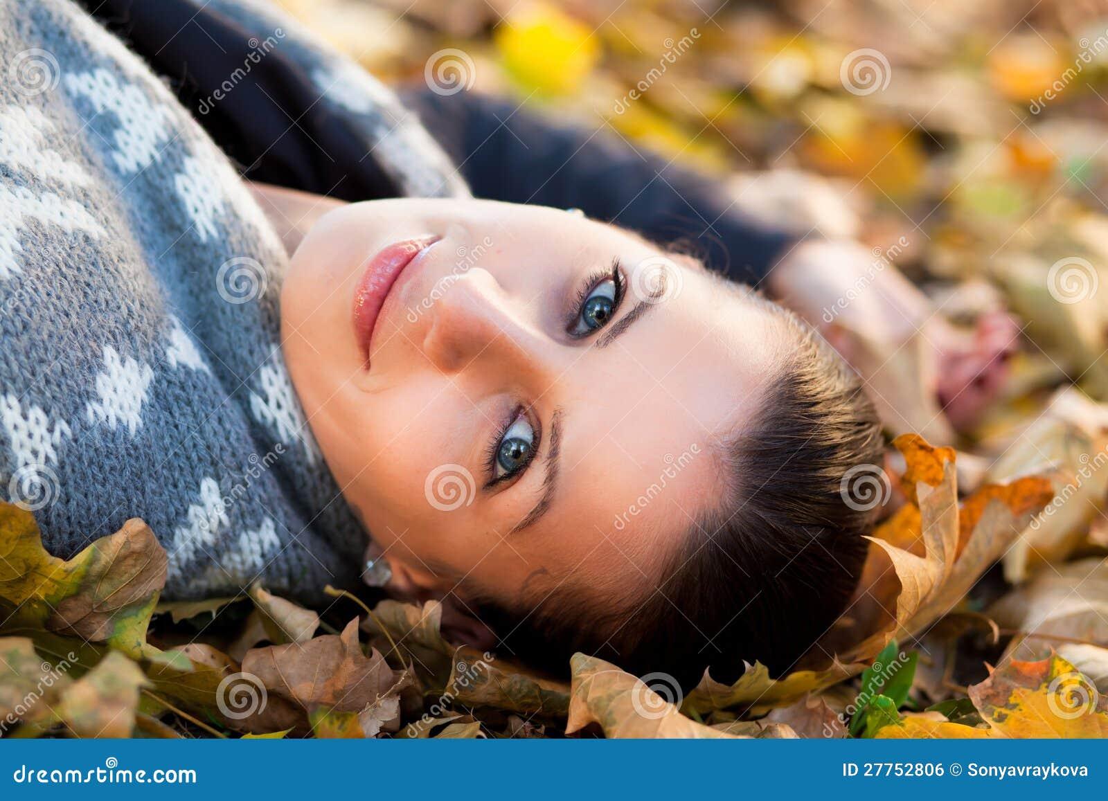Jeune femme en automne