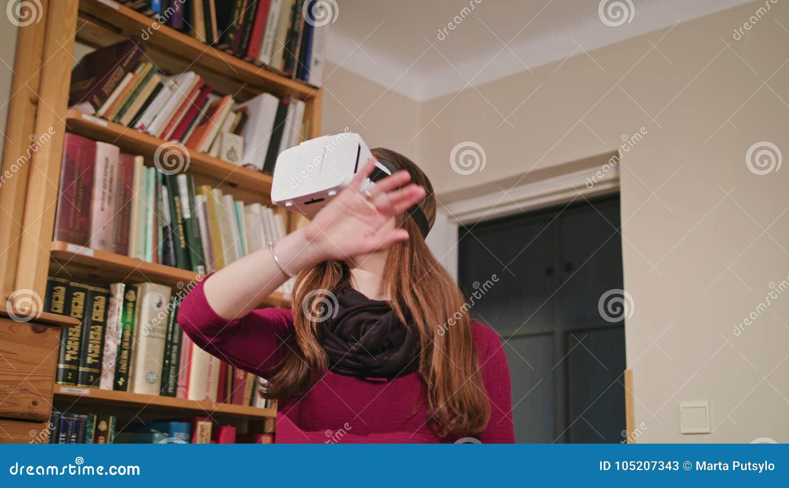 Jeune femme en verres de réalité virtuelle