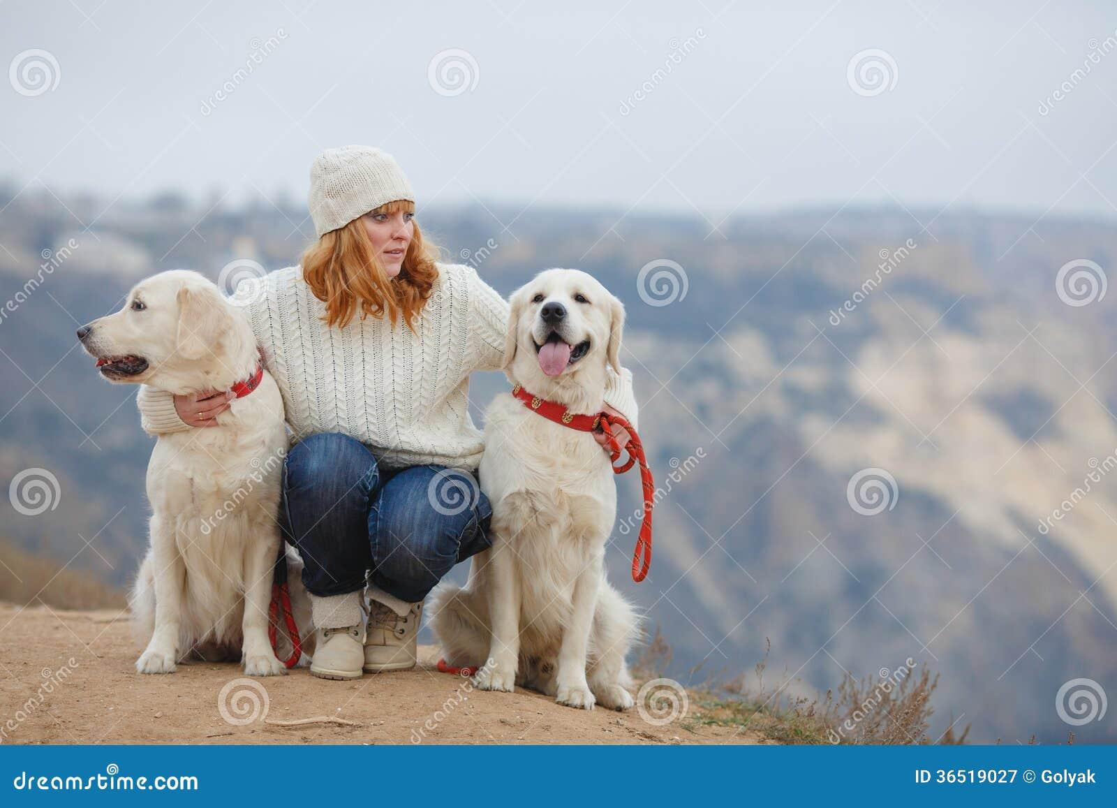 Jeune femme et ses chiens