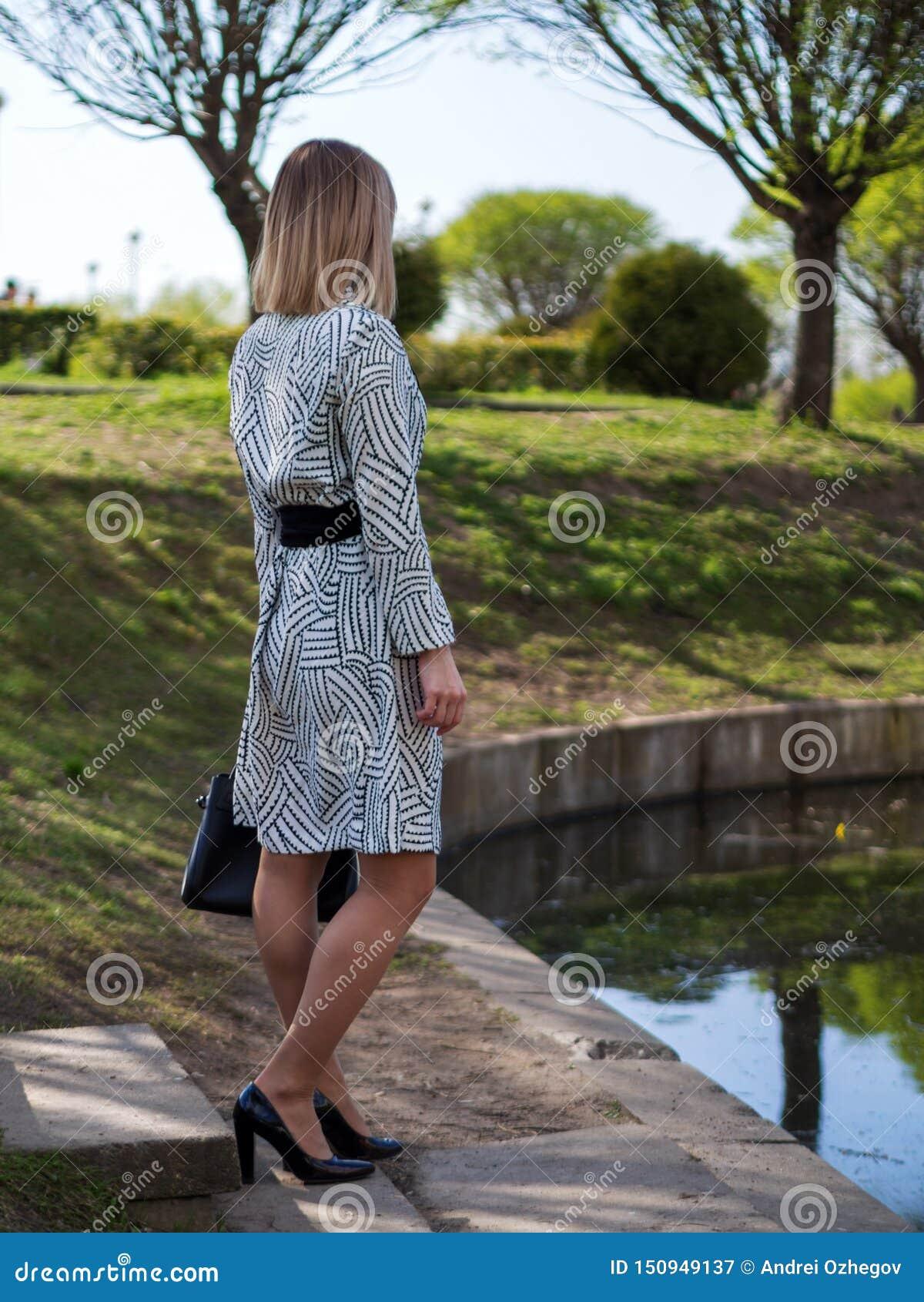 Jeune femme européenne élégante dans un imperméable