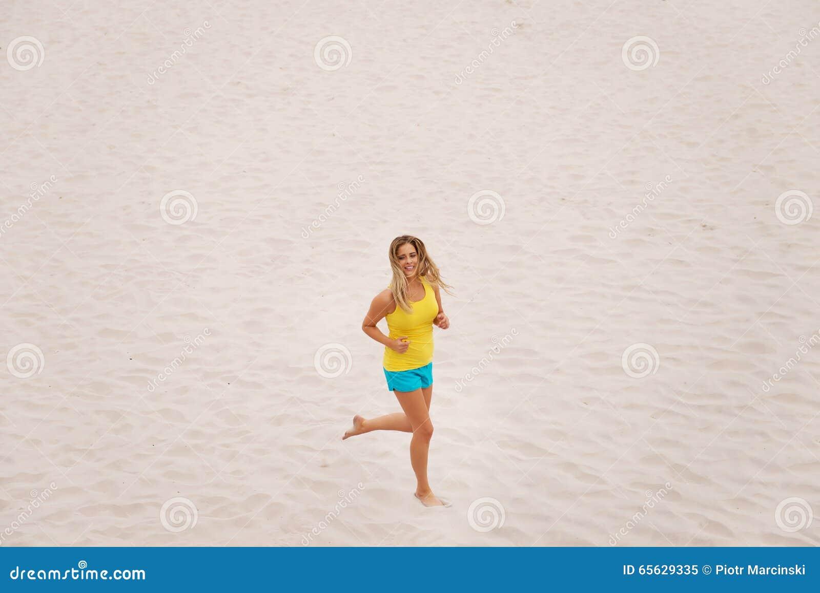 Jeune femme exécutant sur la plage