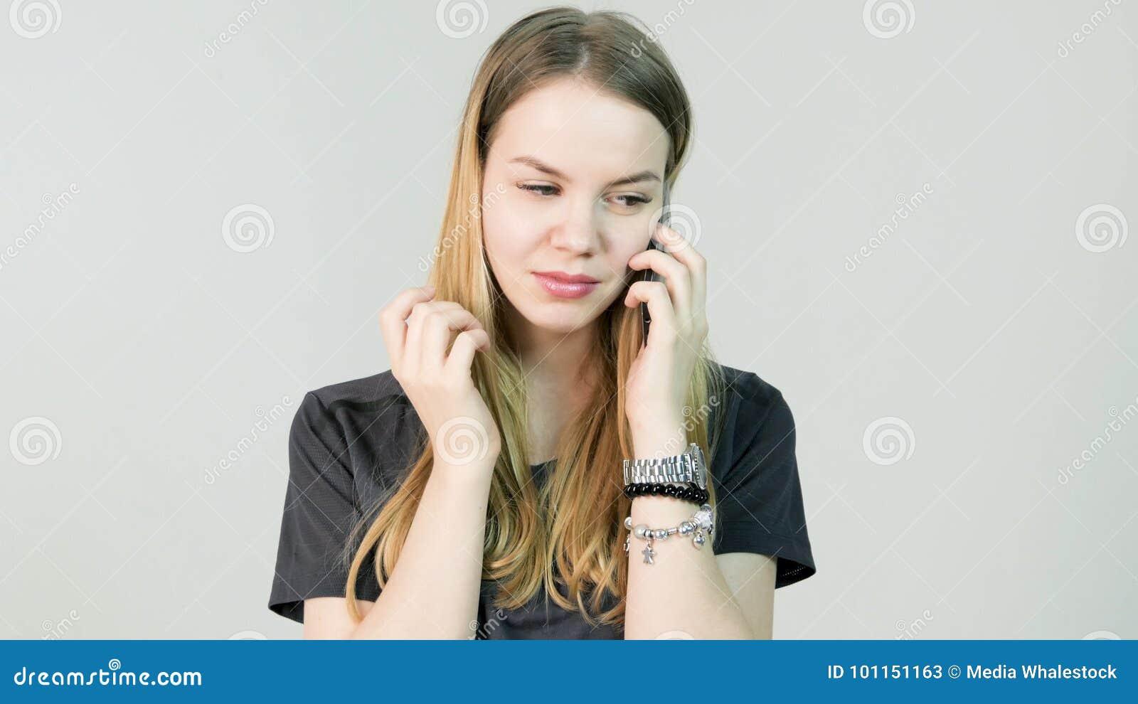 Jeune femme fâchée, cri, confus, triste, nerveux, renversement, effort et pensée avec son téléphone portable, belle jeune fille
