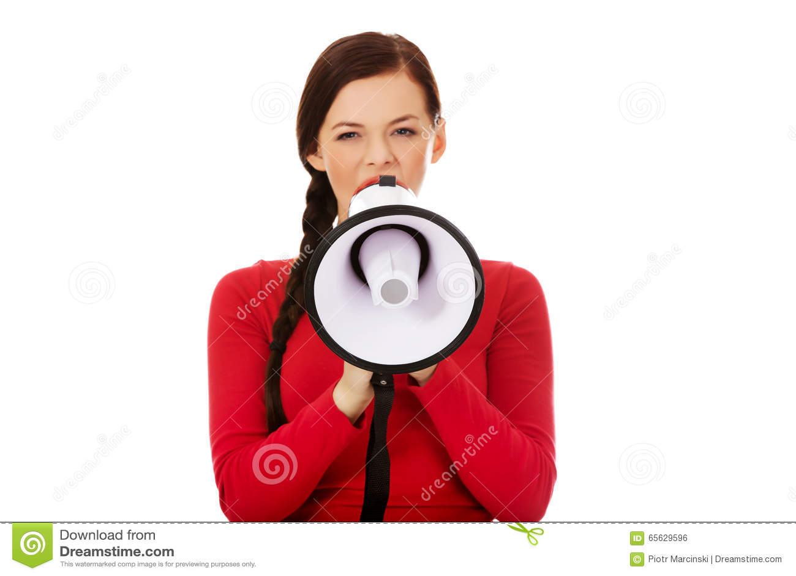 Jeune femme fâchée criant par un mégaphone