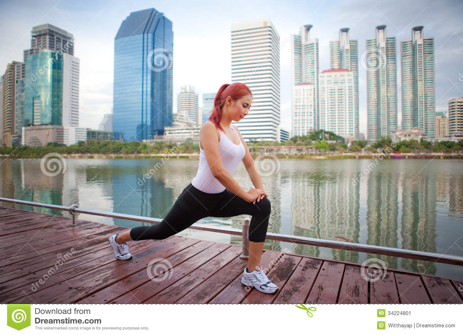 Jeune femme faisant étirant l exercice