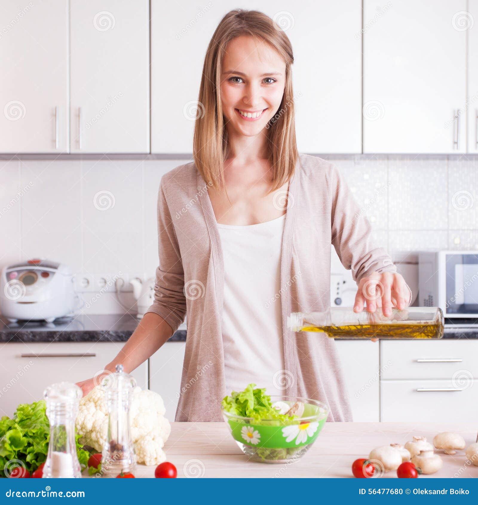 Jeune femme faisant cuire dans la cuisine