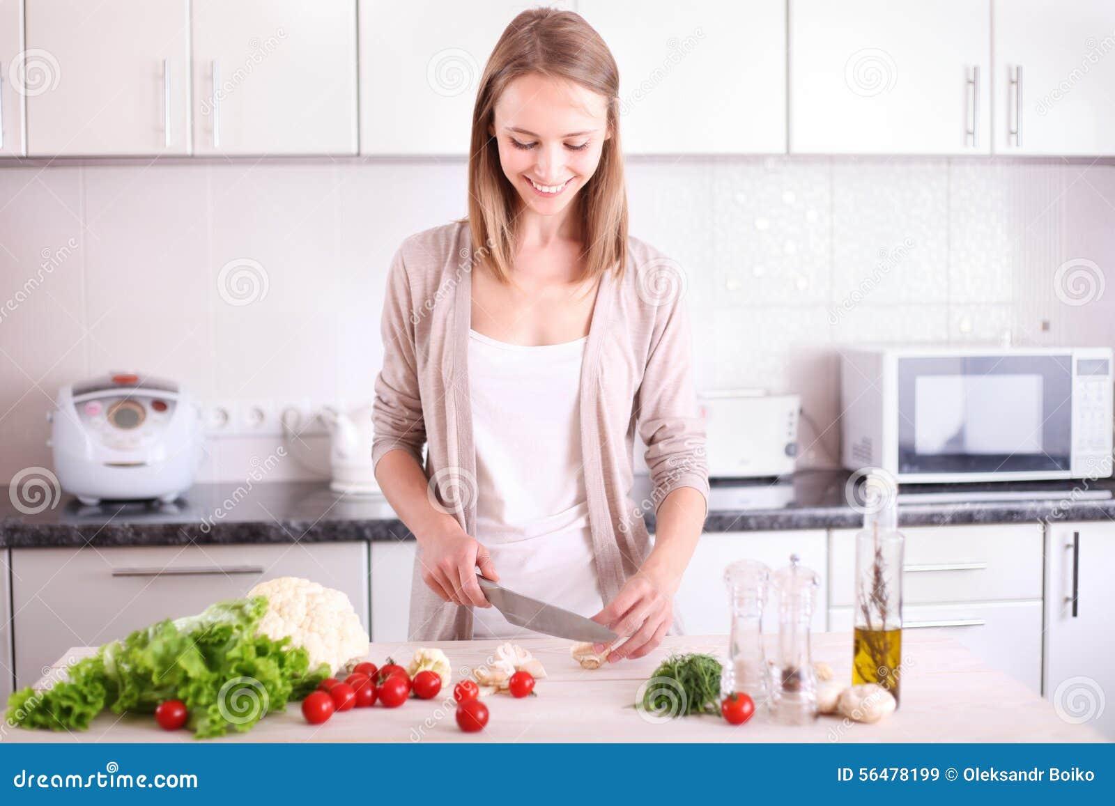 Jeune femme faisant cuire dans la cuisine image stock - Couple faisant l amour dans la cuisine ...