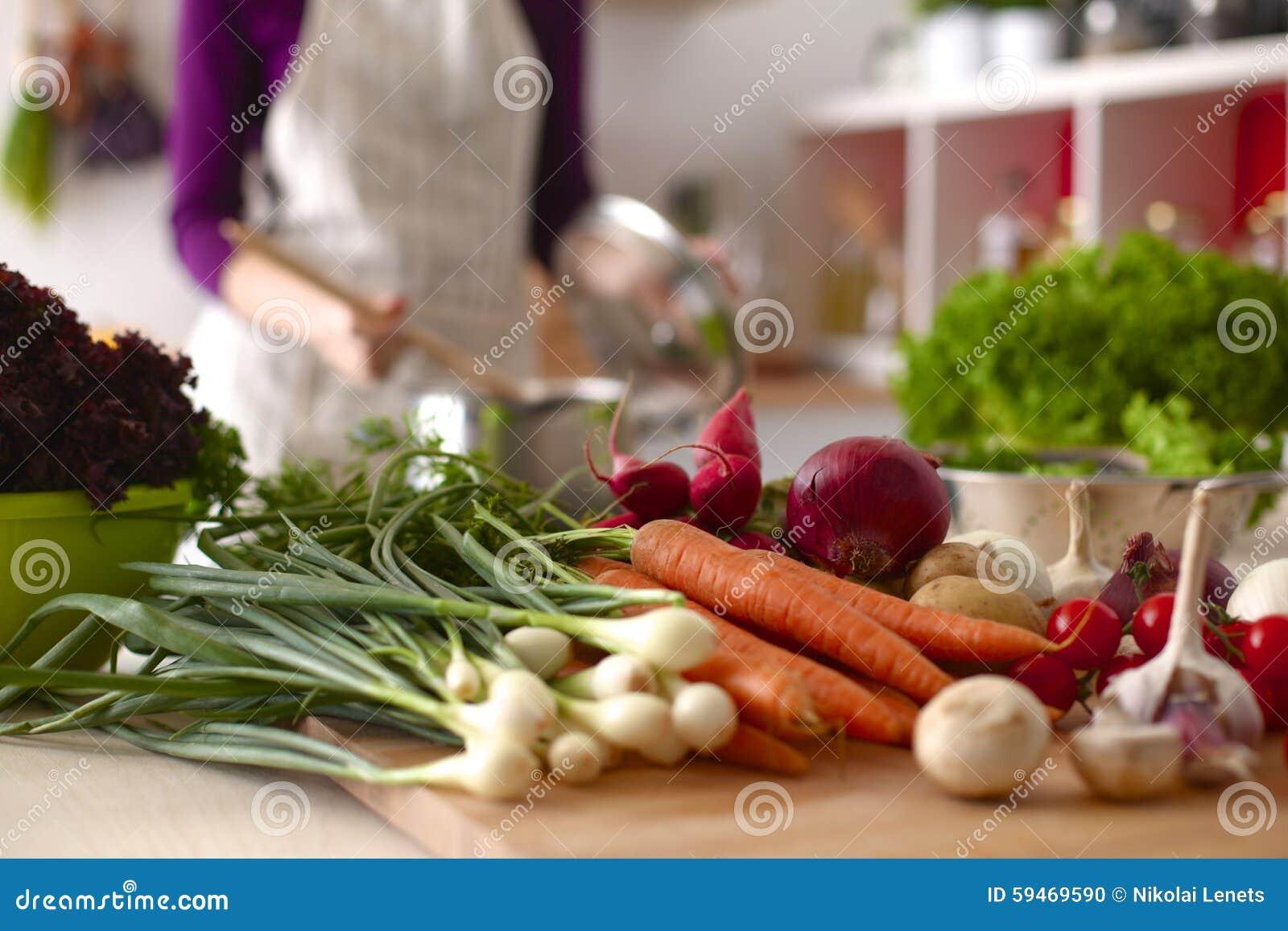 jeune femme faisant cuire dans la cuisine nourriture saine photo stock image du cuisine. Black Bedroom Furniture Sets. Home Design Ideas