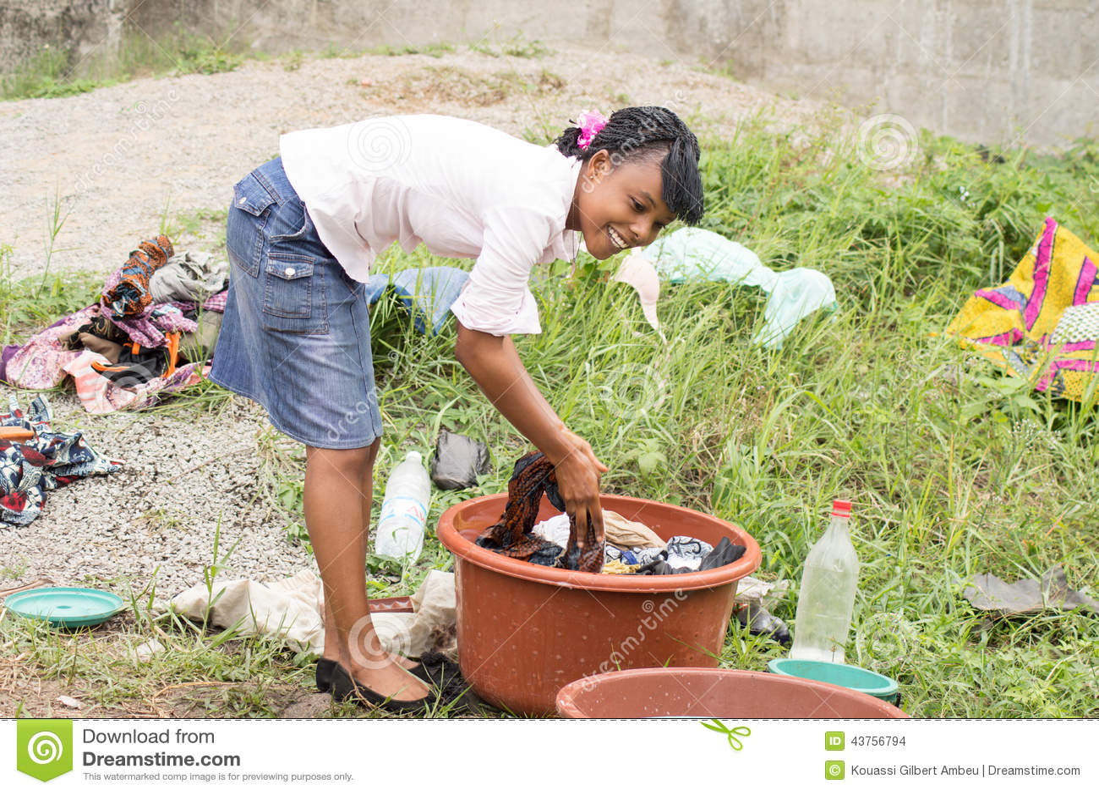 Jeune femme faisant la blanchisserie dans une cuvette