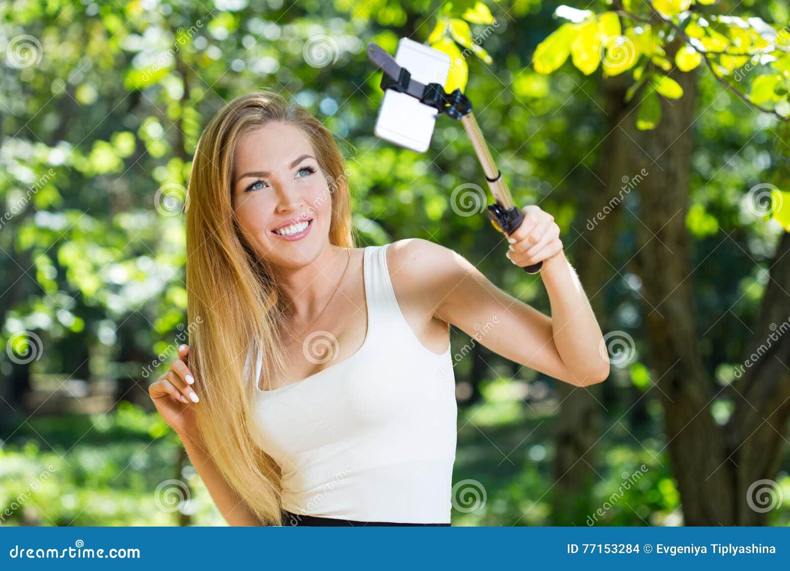 Jeune femme faisant le selfie