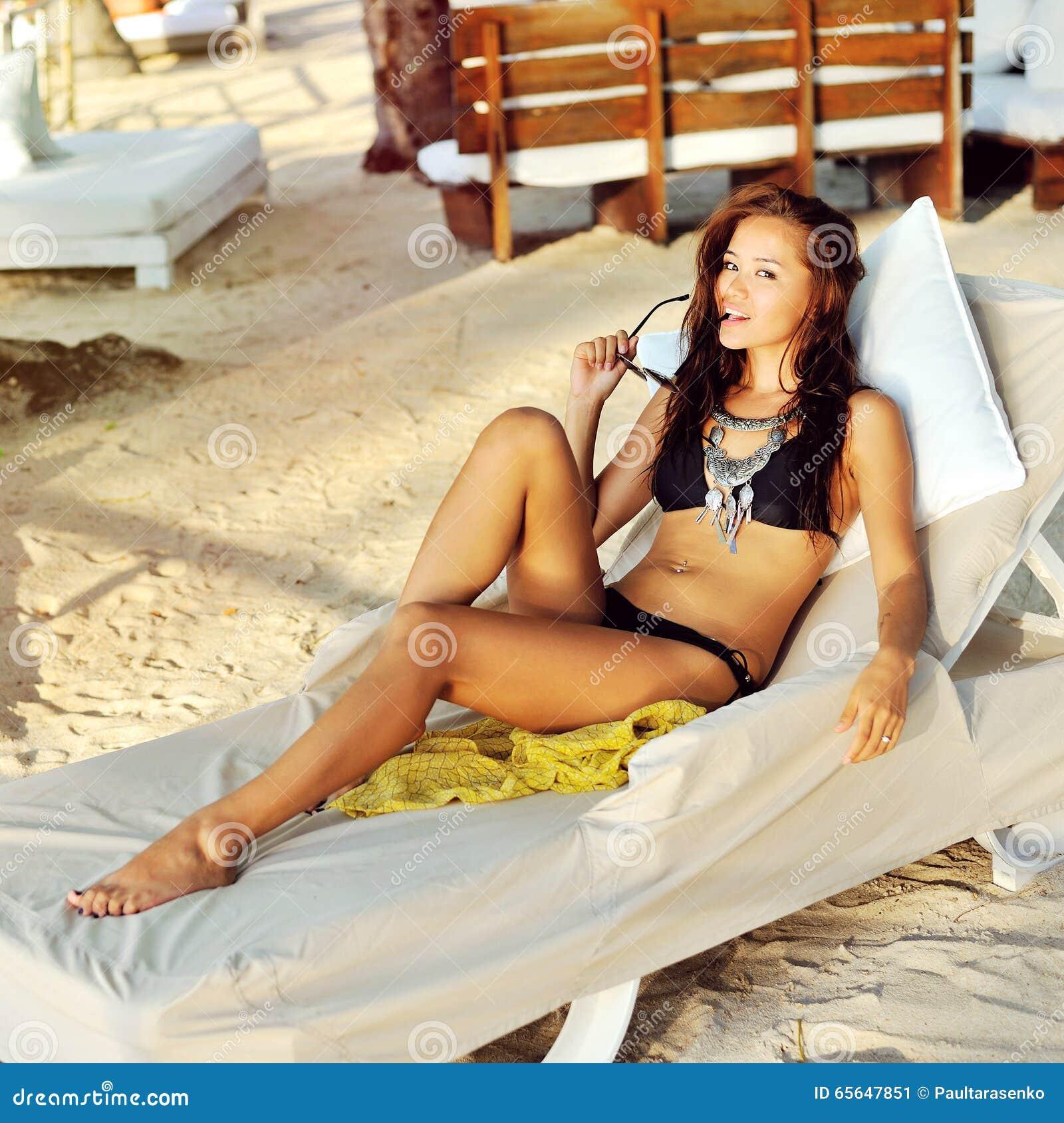 Jeune femme fascinante dans la pose de bikini extérieure