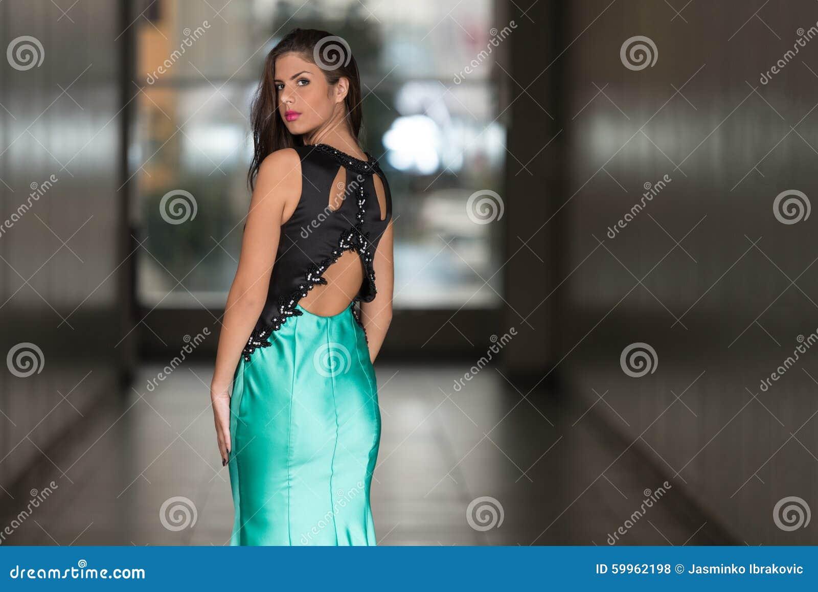 Jeune femme fascinante dans la robe de style élégant