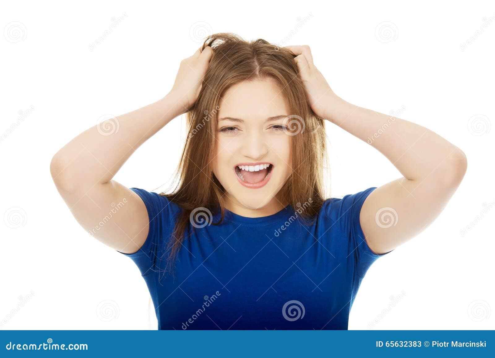 Jeune femme frustrante criant