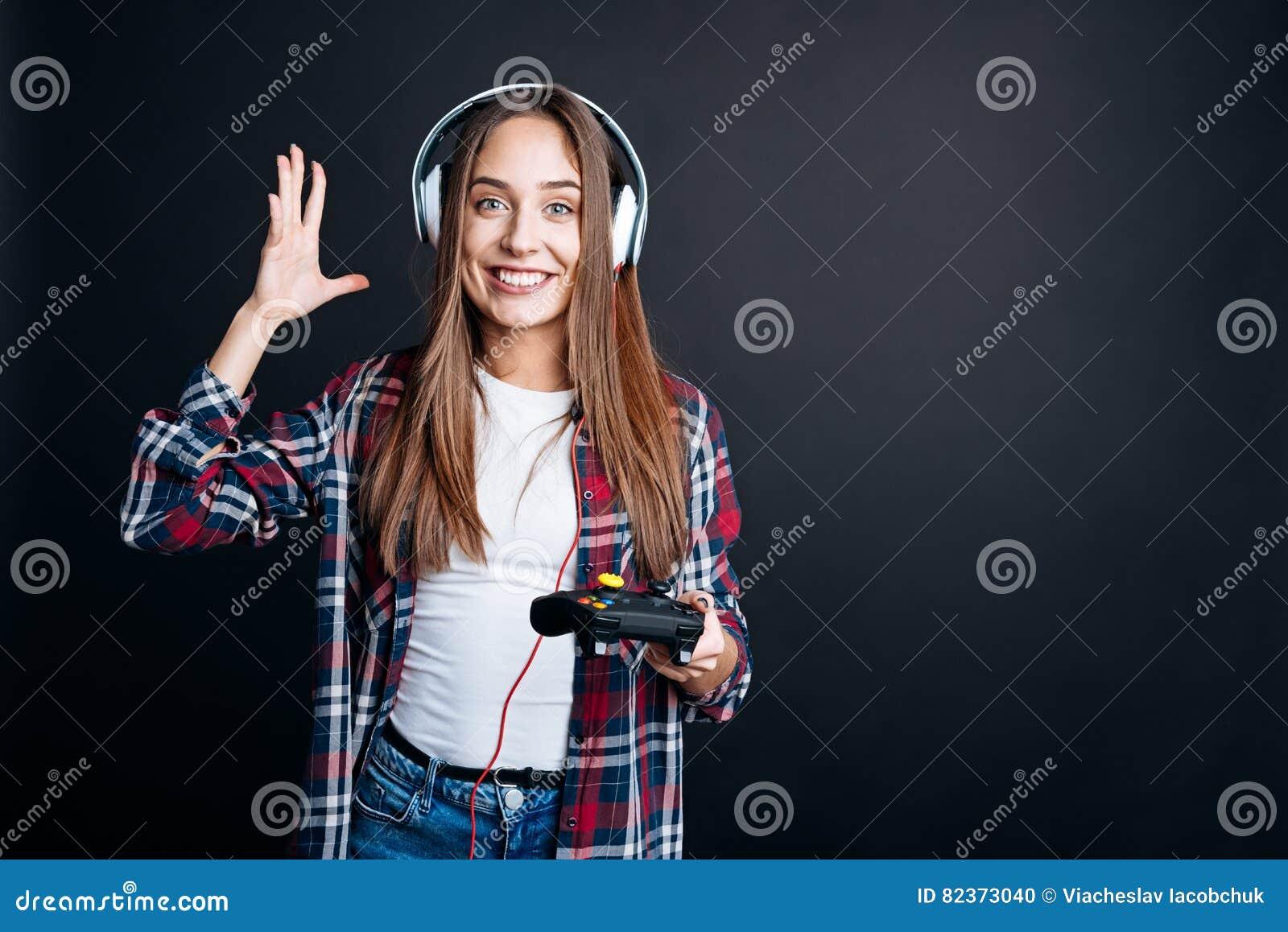 Jeune femme gaie jouant des jeux vidéo