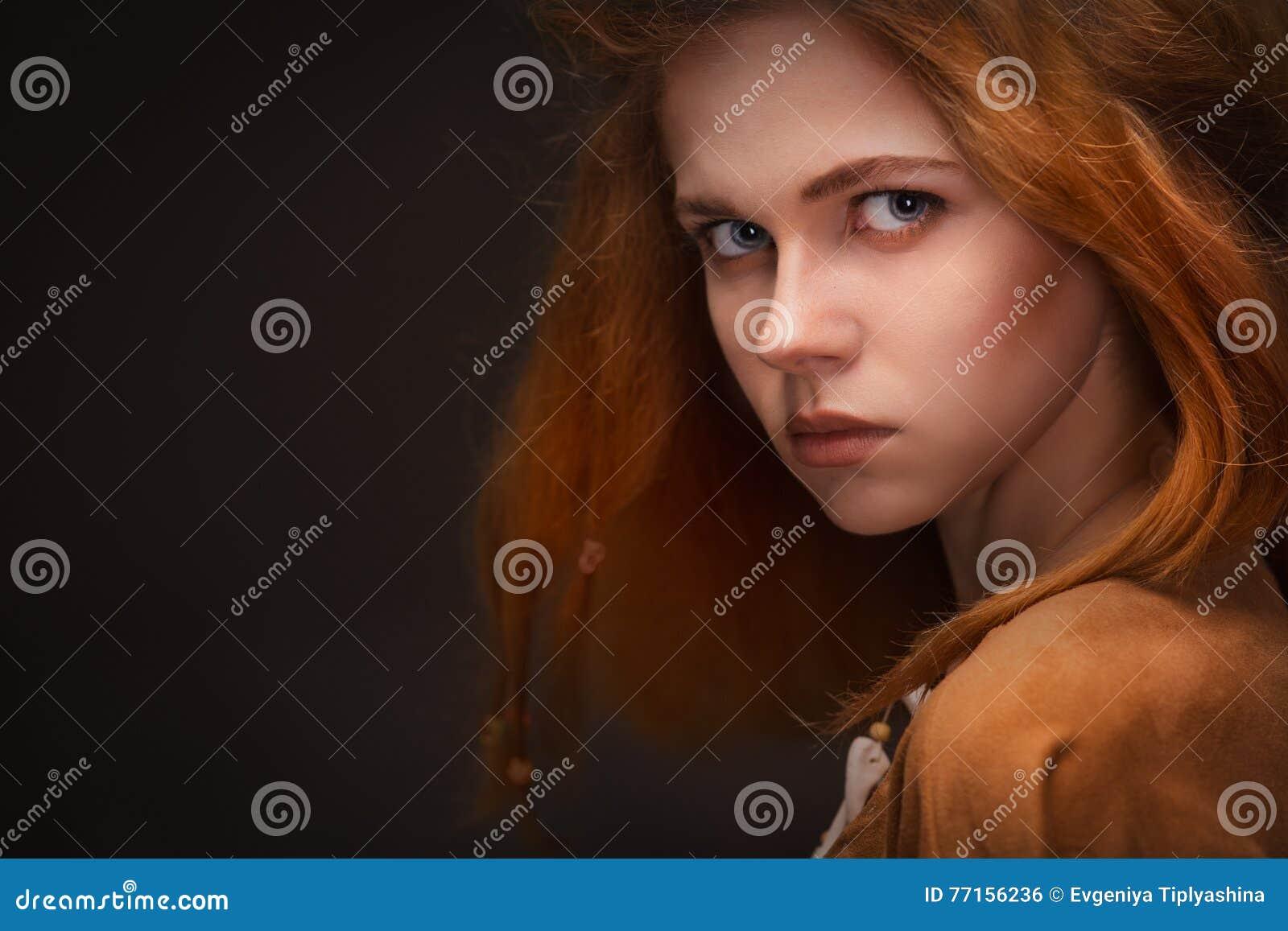 Jeune femme habillée comme Amazone