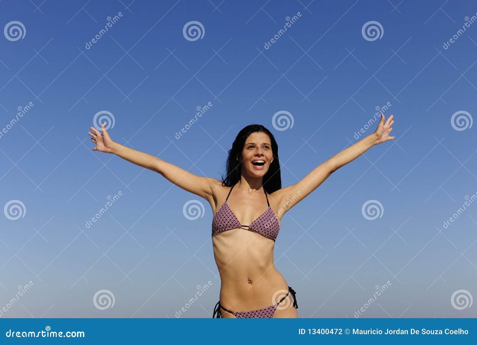 Jeune femme heureuse à l extérieur
