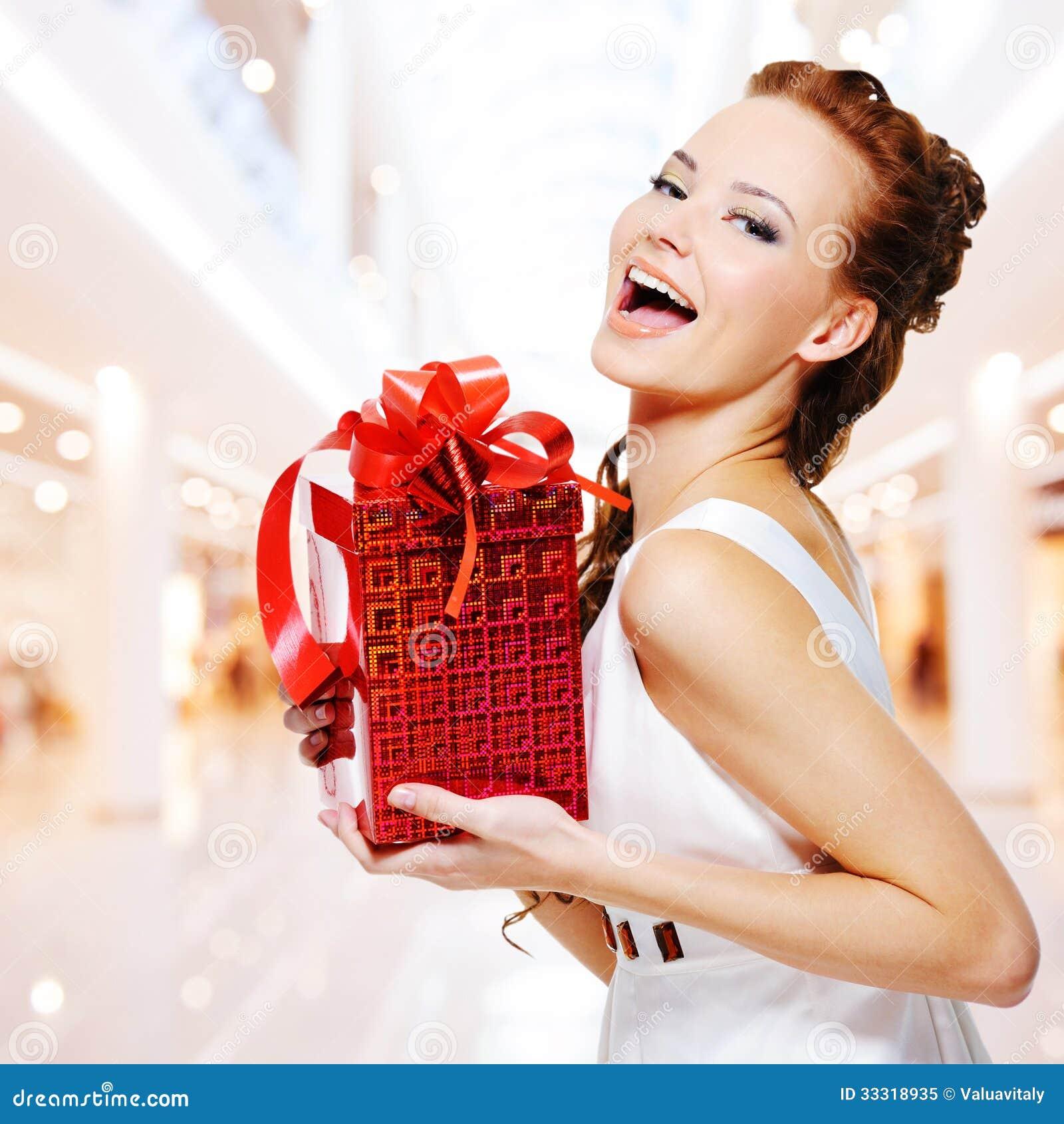 jeune femme heureuse avec le cadeau d 39 anniversaire dans des mains photo libre de droits image. Black Bedroom Furniture Sets. Home Design Ideas