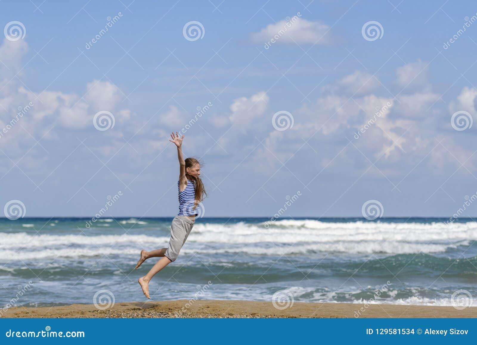 Jeune femme heureuse branchant sur la plage