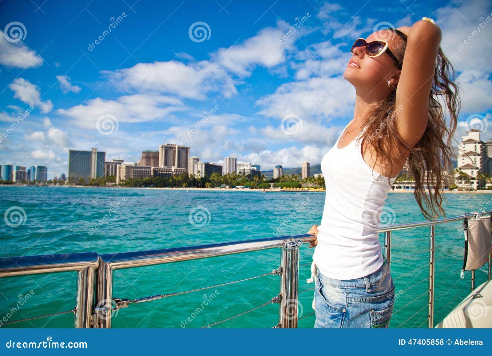 Jeune femme heureuse détendant sur le yacht