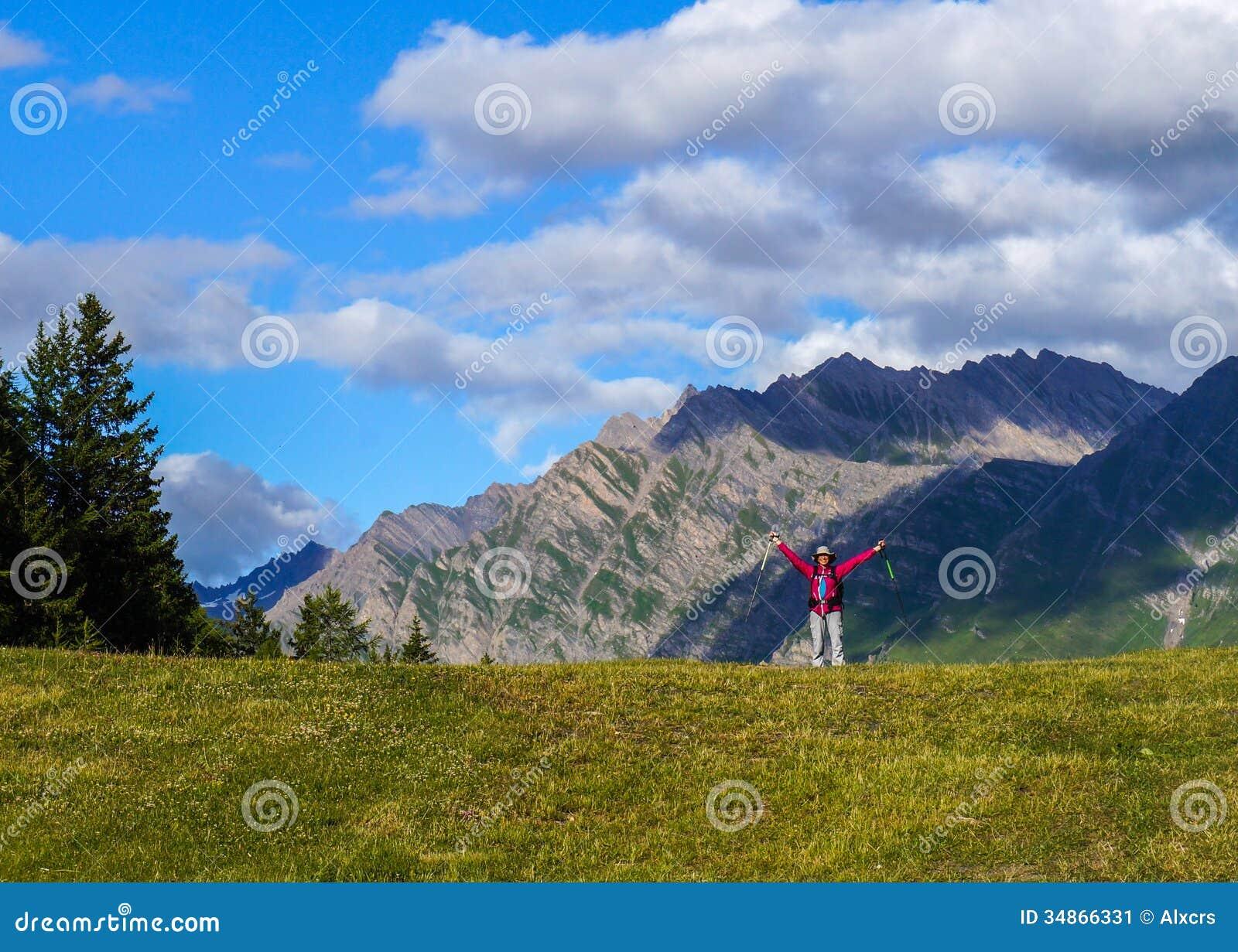 Jeune femme heureuse dans les montagnes.