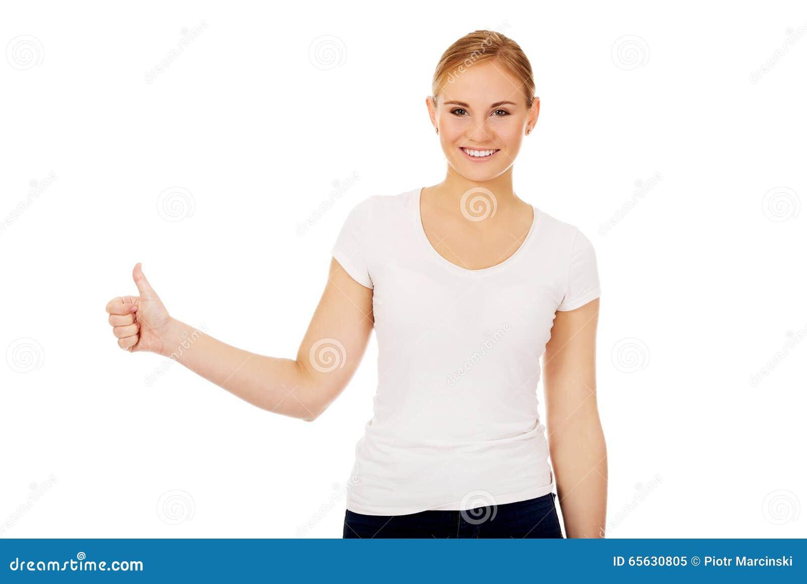 Jeune femme heureuse faisant des gestes le pouce