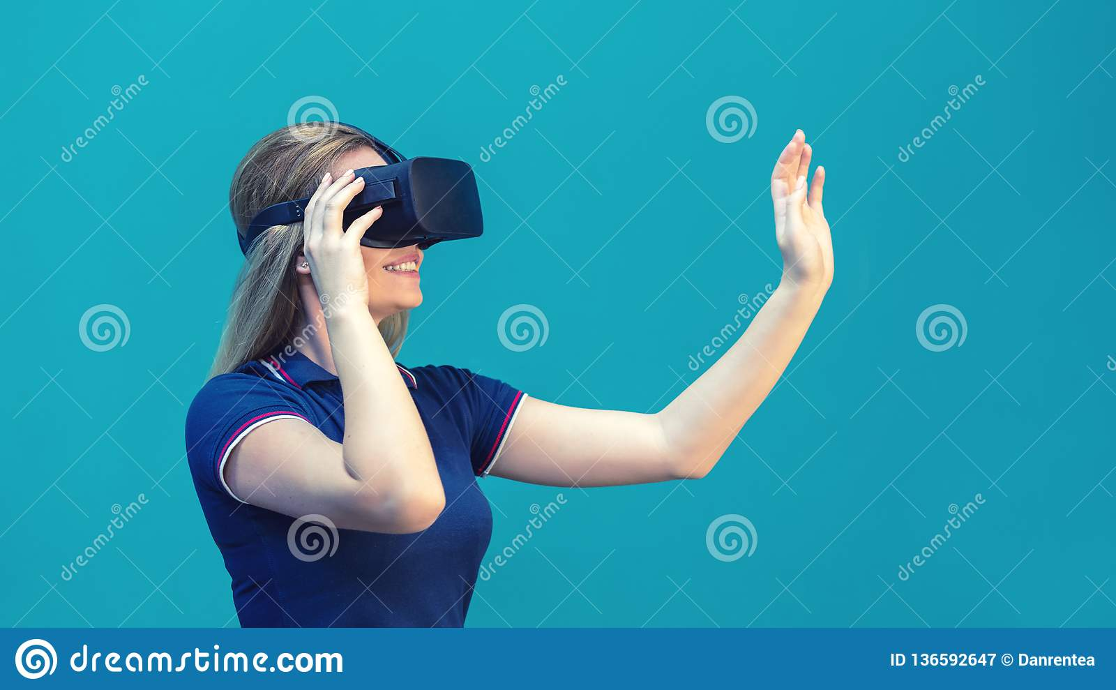 Jeune femme heureuse jouant sur des verres de VR d intérieur Concept de réalité virtuelle avec la jeune fille ayant l amusement a