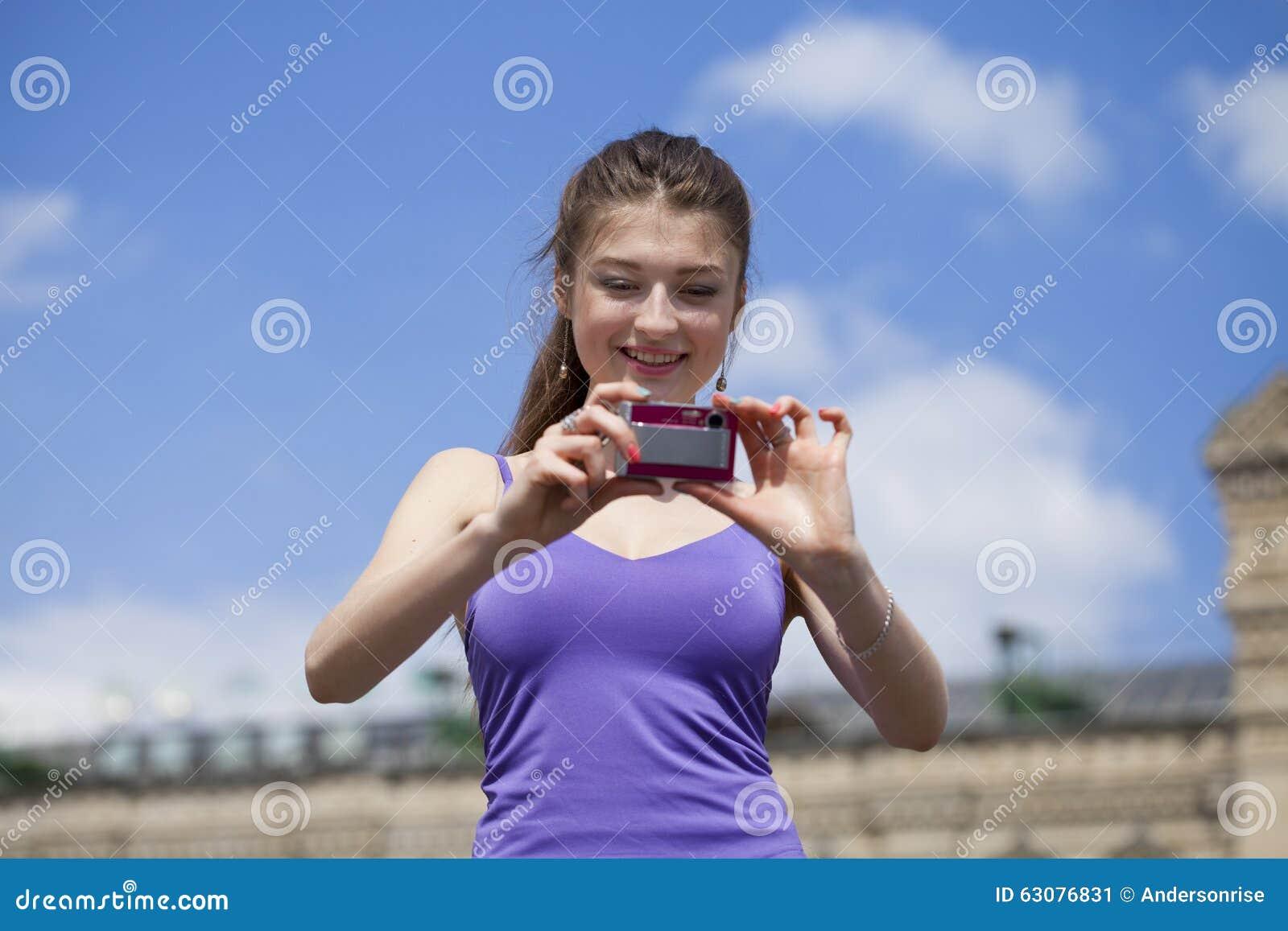 Download Jeune Femme Heureuse Prenant Des Photos Sur Votre Appareil-photo Image stock - Image du adulte, femelle: 63076831