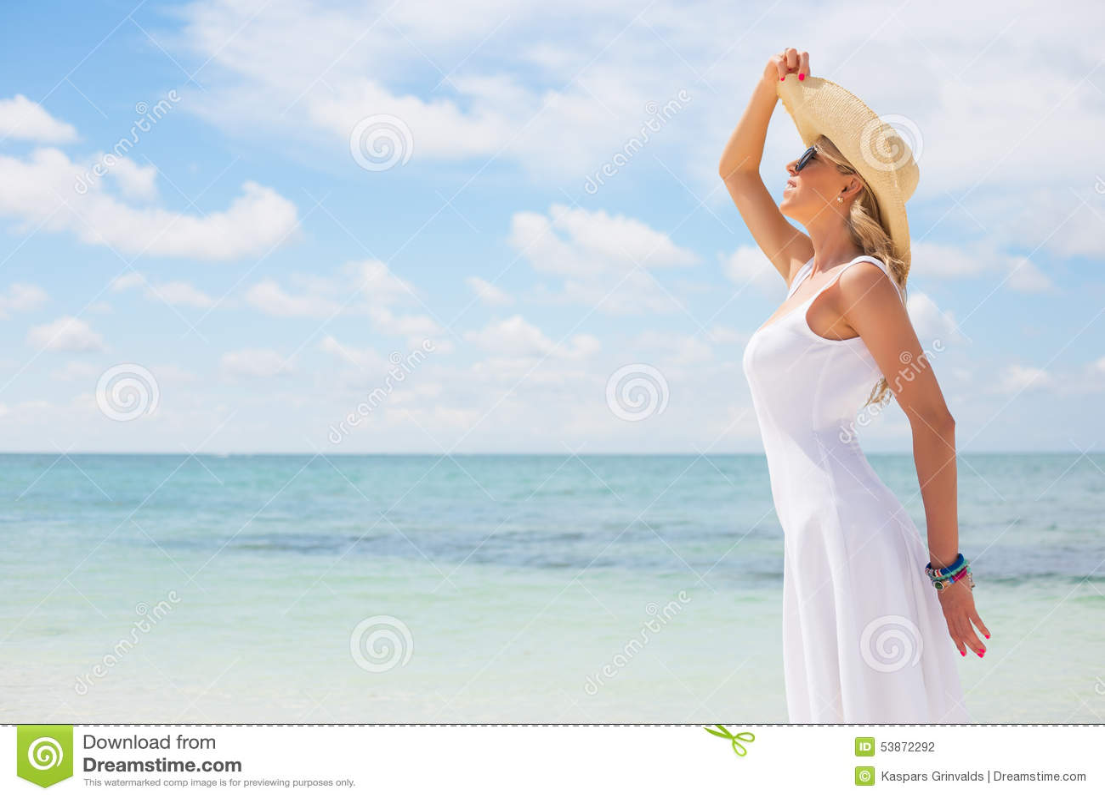 Jeune femme heureuse sur la plage