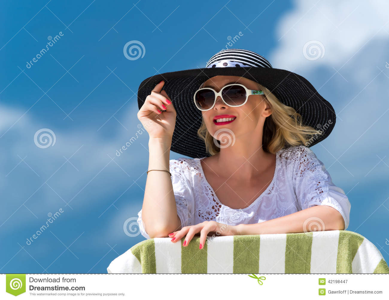 Jeune femme heureuse sur la plage, le portrait extérieur de beau visage femelle, la fille assez en bonne santé détendant dehors,