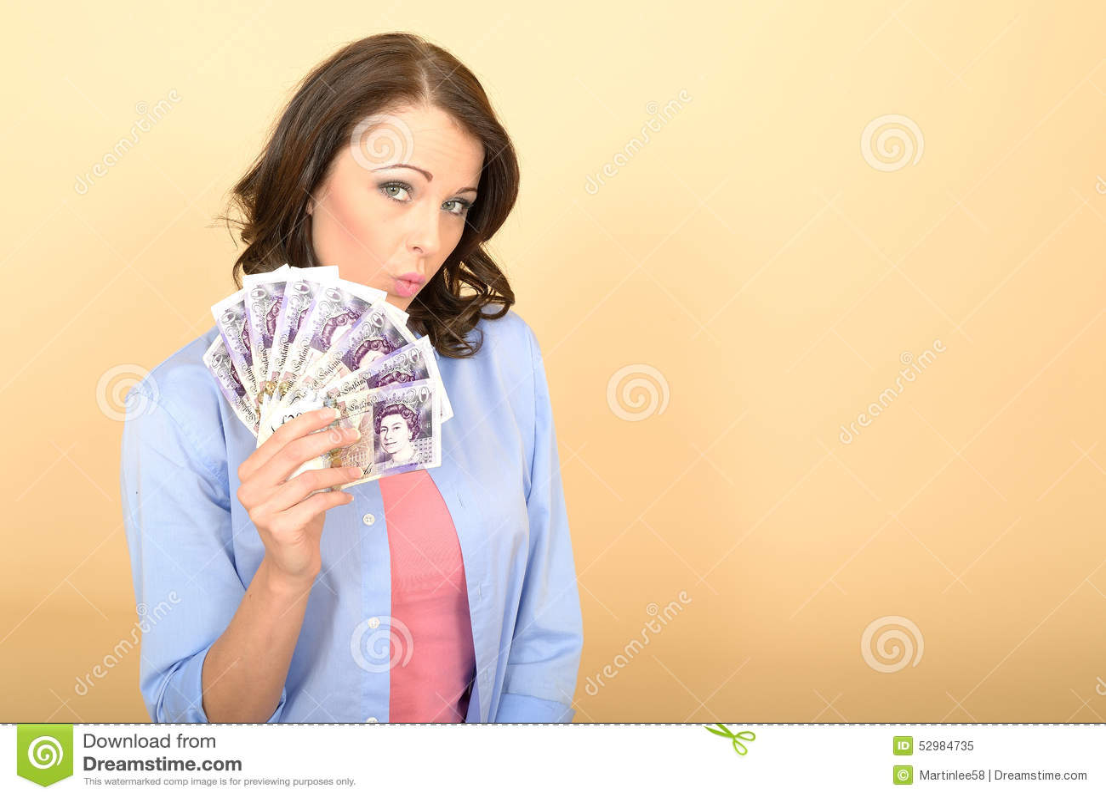 Jeune femme heureuse tenant l argent semblant heureux et ravi