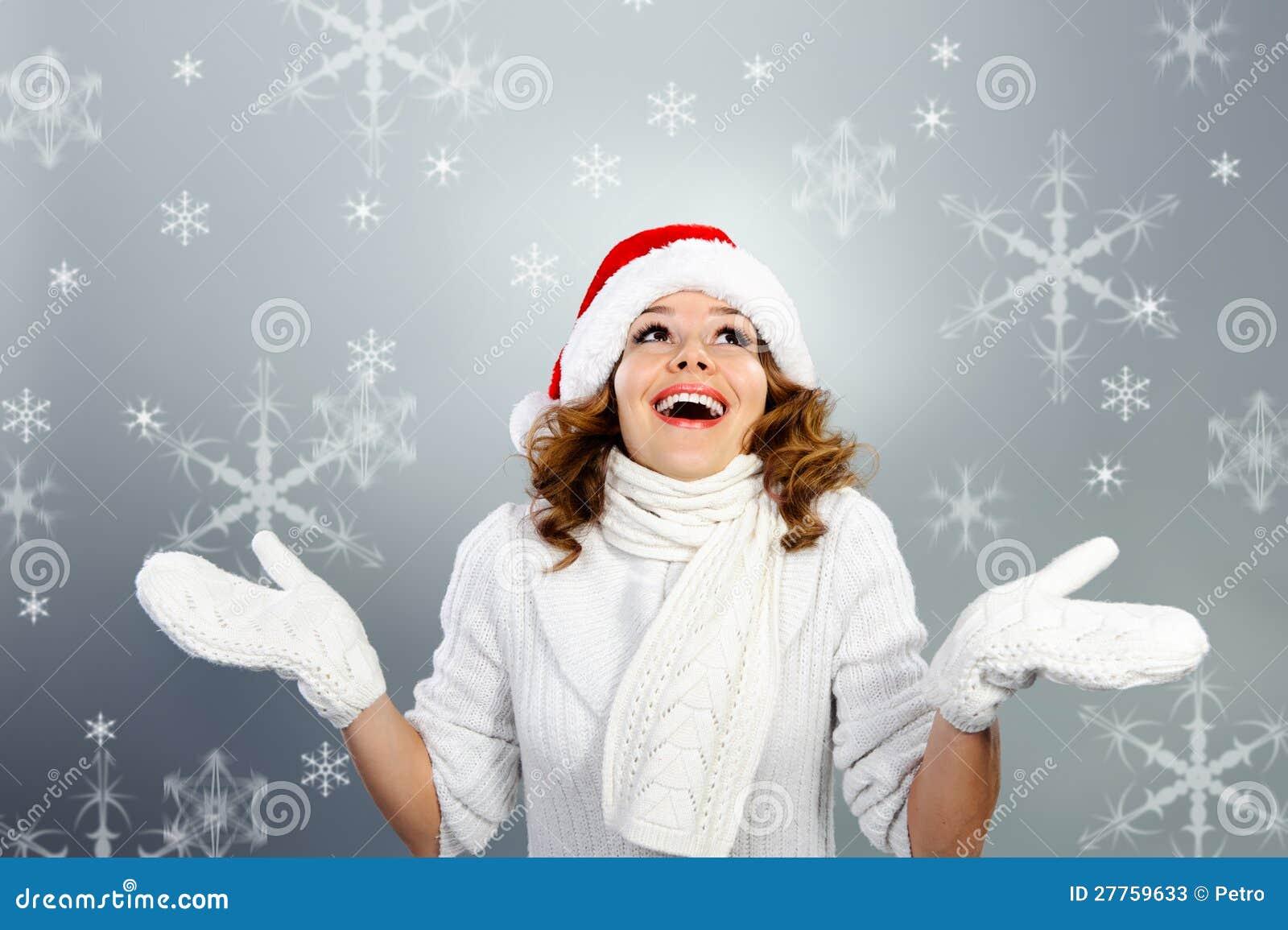 Jeune femme heureux dans le chapeau de Santa