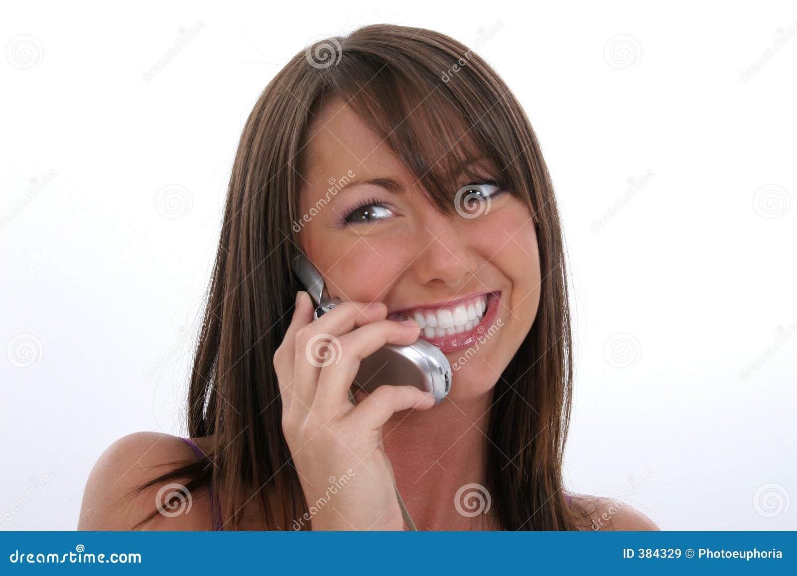 Jeune femme heureux parlant du portable