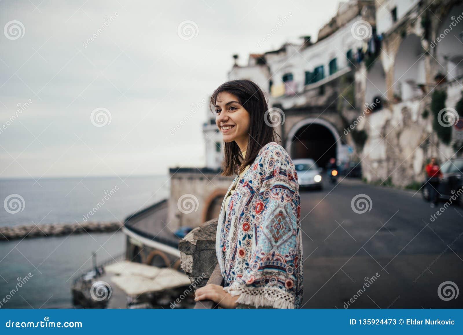 Jeune Femme Italienne Appréciant Le Beau Coucher Du Soleil à Amalfi Sur La Côte D Amalfi En Italie Du Sud Une Expérience Italienn Image Stock Image Du Expérience Italie 135924473