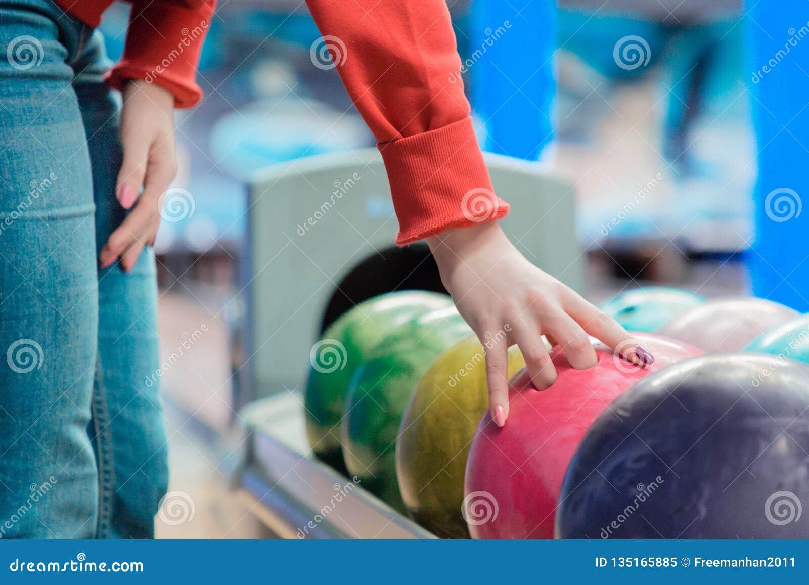 Jeune femme jouant au bowling au club de sport Fin vers le haut