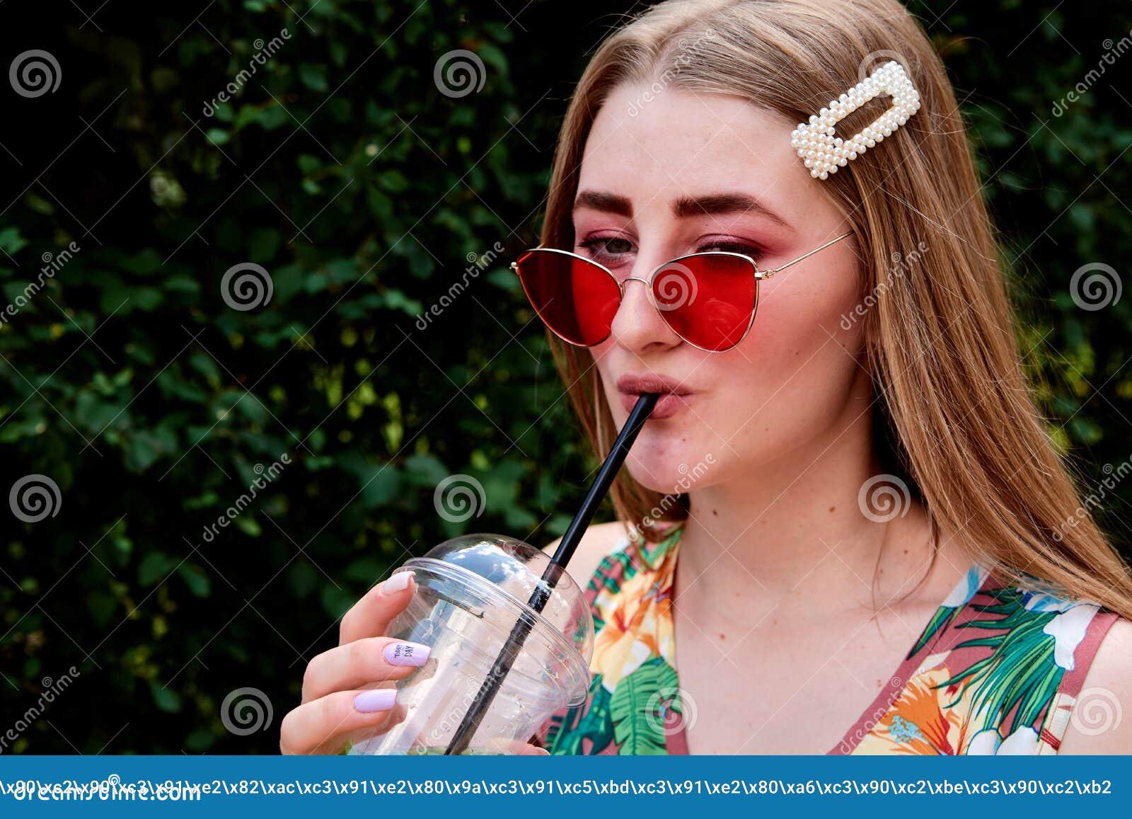 Jeune femme joyeuse heureuse avec le cocktail frais coloré de mojito de boissons de sucrerie de coton