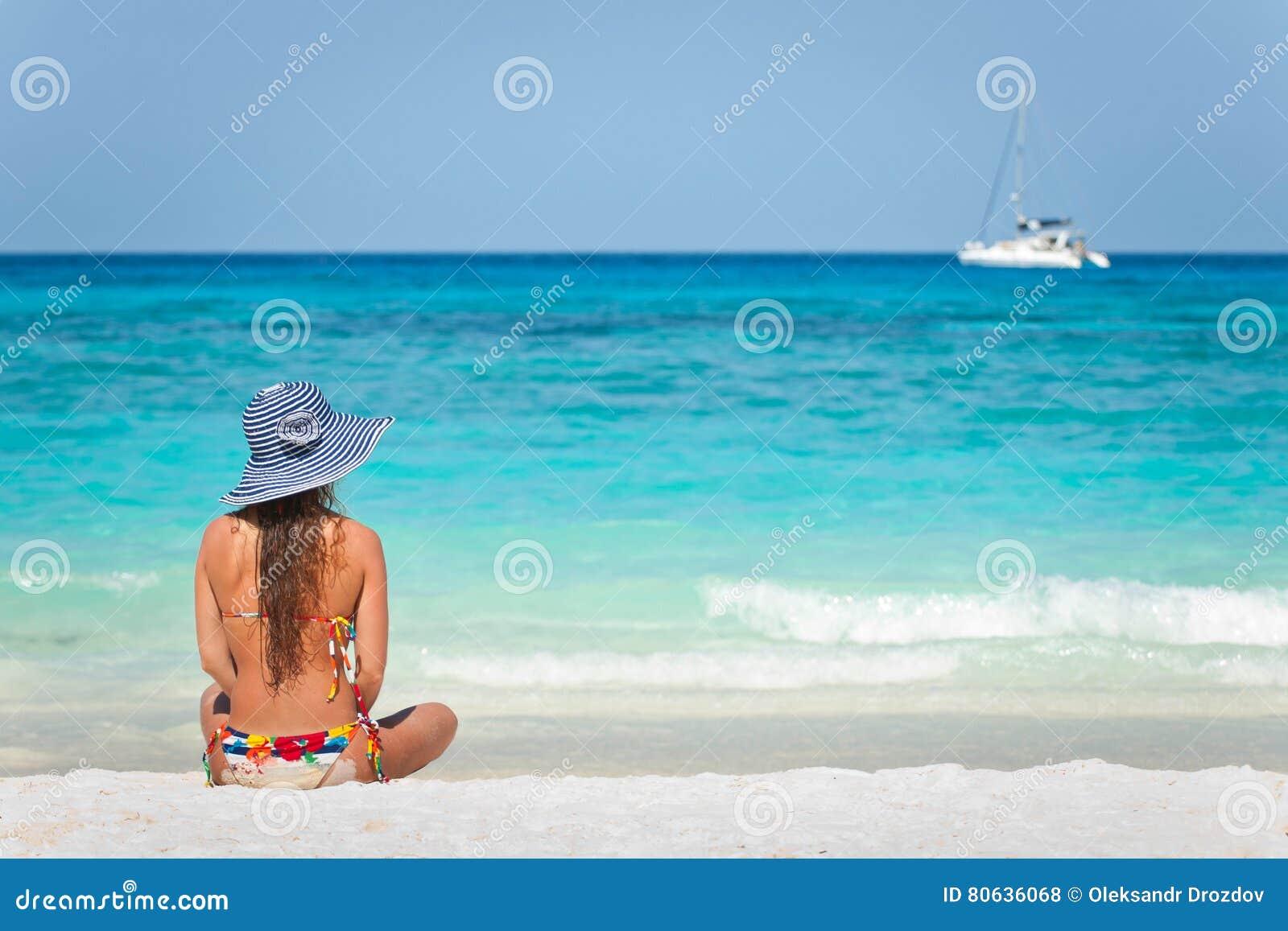Jeune femme méditant