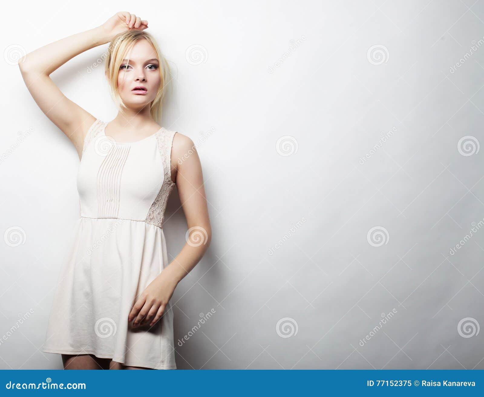 Jeune femme magnifique dans la robe blanche